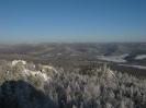 Дальние скалы и вершины хребта Цаган-Хуртей с верха останца